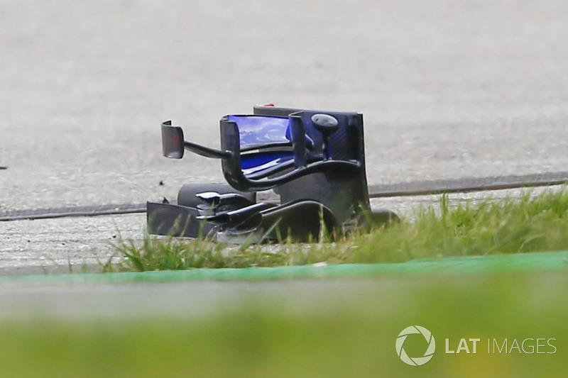 Débris de l'aileron avant de la monoplace de Brendon Hartley, Scuderia Toro Rosso STR13