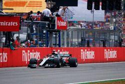Lewis Hamilton, Mercedes AMG F1 W09, toma la bandera a cuadros