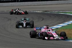 Sergio Perez, Force India VJM11, Lewis Hamilton, Mercedes-AMG F1 W09 y Romain Grosjean, Haas F1 Team VF-18