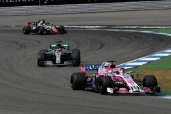 Серхио Перес, Sahara Force India F1 VJM11, Льюис Хэмилтон, Mercedes AMG F1 W09, и Ромен Грожан, Haas F1 Team VF-18