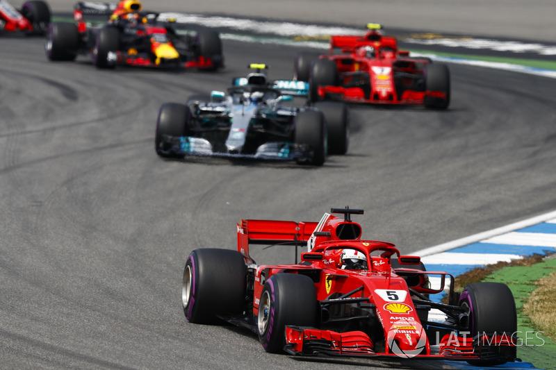 Sebastian Vettel, Ferrari SF71H, por delante de Valtteri Bottas, Mercedes AMG F1 W09, y Kimi Raikkonen, Ferrari SF71H