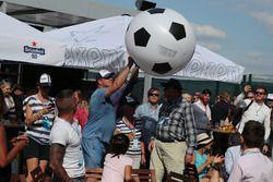 Un pallone da calcio gonfiabile nel paddock, dopo la vittoria della nazionale nella partita dei Mondiali
