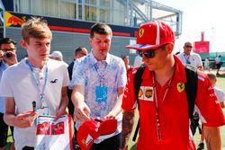 Kimi Raikkonen, Ferrari, firma autógrafos para fanáticos