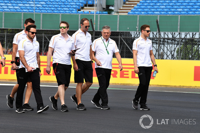 Stoffel Vandoorne, McLaren, cammina lungo il circuito