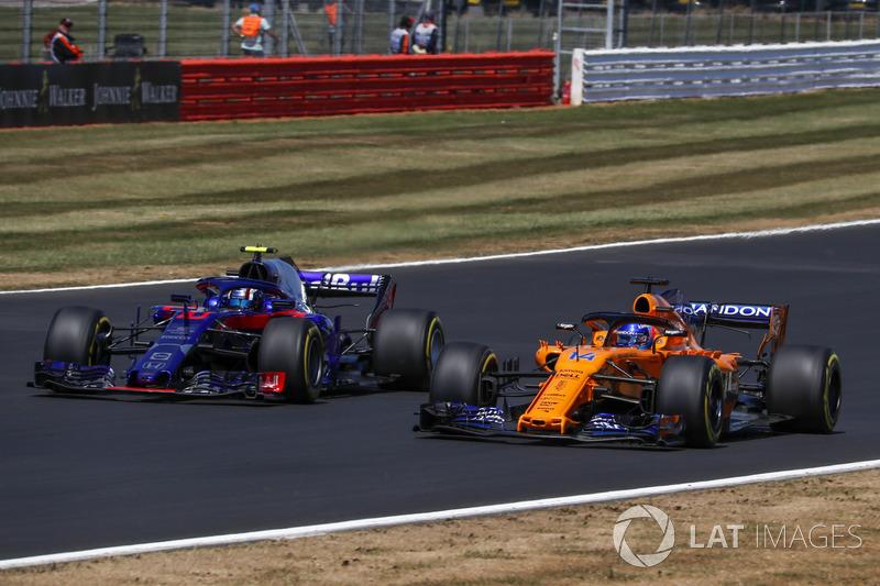 Pierre Gasly, Scuderia Toro Rosso STR13 y Fernando Alonso, McLaren MCL33