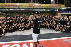 Lewis Hamilton, Mercedes AMG F1 lors des célébrations de l'équipe