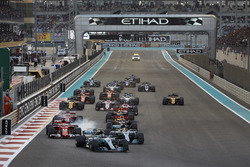 Valtteri Bottas, Mercedes AMG F1 W08, Lewis Hamilton, Mercedes AMG F1 W08, Sebastian Vettel, Ferrari SF70H, Daniel Ricciardo, Red Bull Racing RB13, Kimi Raikkonen, Ferrari SF70H, Max Verstappen, Red Bull Racing RB13, the rest of the field at the start of t