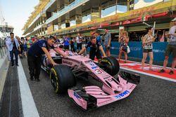 Des fans regardent les mécaniciens pousser la monoplace d'Esteban Ocon, Sahara Force India VJM10