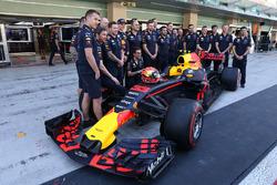 Max Verstappen, Red Bull Racing et les mécaniciens à la photo d'équipe
