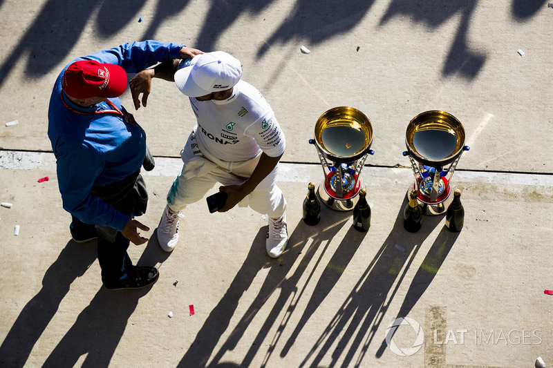 Niki Lauda, Non-Executive Chairman, Mercedes AMG F1, embraces Race winner Lewis Hamilton, Mercedes A