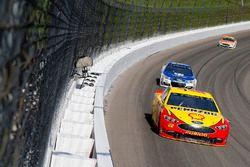 Joey Logano, Team Penske, Ford Fusion y Dale Earnhardt Jr., Hendrick Motorsports Chevrolet