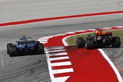 Valtteri Bottas, Mercedes AMG F1 W08, in lotta con Max Verstappen, Red Bull Racing RB13