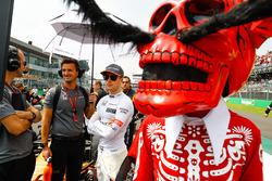 Stoffel Vandoorne, McLaren behind a man in Calavera skull fancy dress