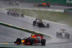 Max Verstappen, Red Bull Racing RB12, devant Nico Hulkenberg, Force India VJM09 Mercedes, Sergio Perez, Force India VJM09 Mercedes, et Carlos Sainz Jr., Toro Rosso STR11 Ferrari