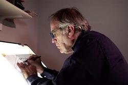Giorgio Piola travaille sur un dessin