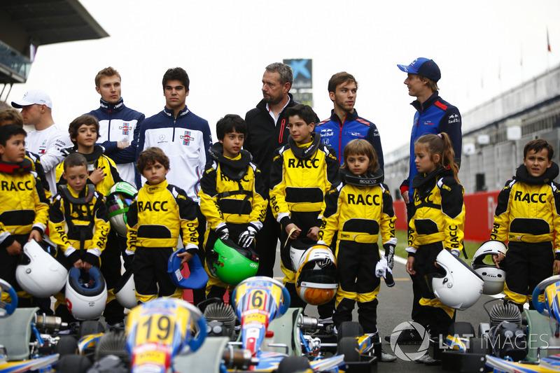 Los jóvenes pilotos de kart respaldados por el RACC, el club automovilístico más grande de España, posan con Valtteri Bottas, Mercedes AMG F1, Sergey Sirotkin, Williams Racing, Lance Stroll, Williams Racing, Pierre Gasly, Toro Rosso y Brendon Hartley, Toro Rosso