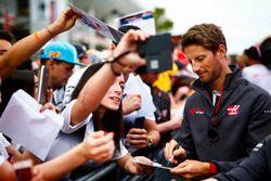 Romain Grosjean, Haas F1 Team firma autógrafos para fanáticos