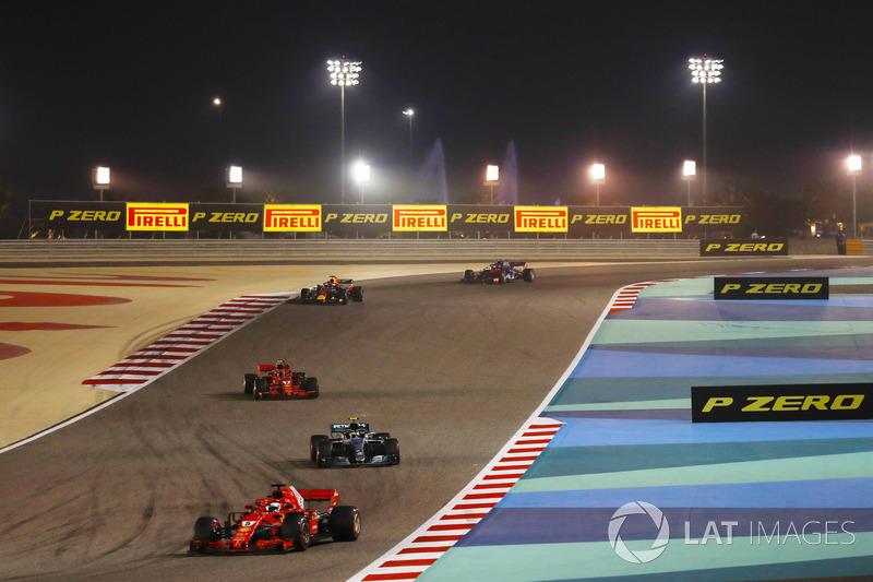 Sebastian Vettel, Ferrari SF71H, Valtteri Bottas, Mercedes AMG F1 W09, Kimi Raikkonen, Ferrari SF71H, Daniel Ricciardo, Red Bull Racing RB14 Tag Heuer, e il resto del gruppo