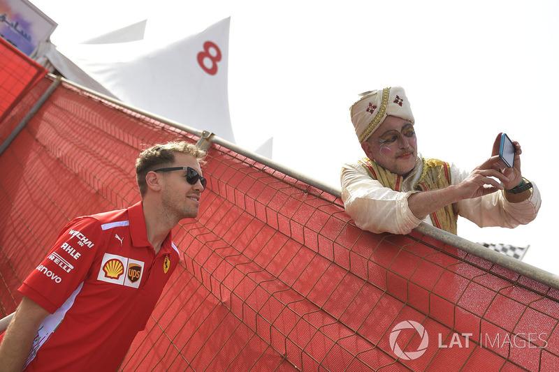 Sebastian Vettel dan Ferrari fans