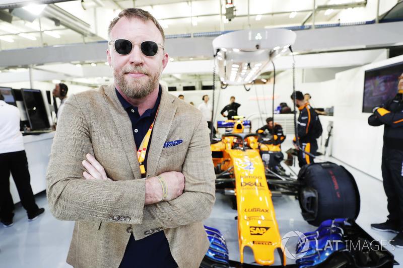 Guy Ritchie, director de cine, con el coche de Stoffel Vandoorne, McLaren MCL33 Renault