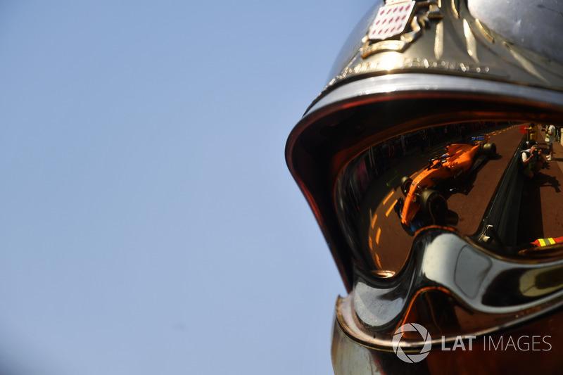 Fernando Alonso, McLaren MCL33 reflejado en un casco de bombero