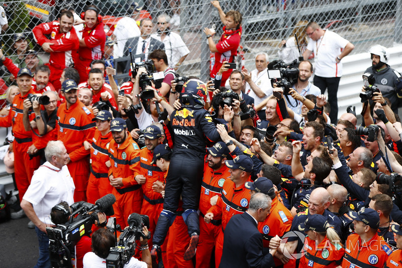 Daniel Ricciardo, Red Bull Racing, festeggia la vittoria con il team, mentre Adrian Newey, Chief Technical Officer, Red Bull Racing e Helmut Markko, Consulente Red Bull Racing, osservano