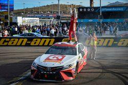 Победитель гонки Мэтт Кенсет, Joe Gibbs Racing Toyota