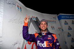 Ganador de la pole Denny Hamlin, Joe Gibbs Racing Toyota