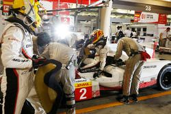#2 Porsche Team Porsche 919 Hybrid: Timo Bernhard, Earl Bamber, Brendon Hartley in the pits