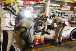 #2 Porsche Team Porsche 919 Hybrid: Timo Bernhard, Earl Bamber, Brendon Hartley ai box