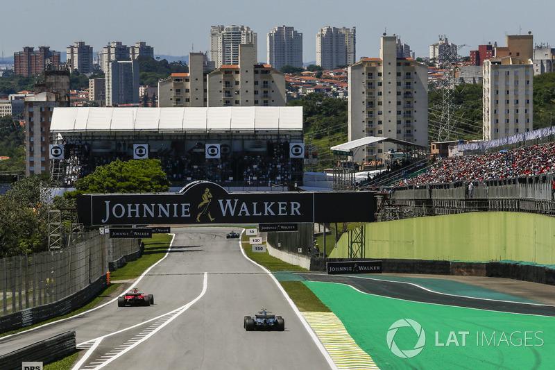 Sebastian Vettel, Ferrari SF70H esce dalla pitlane davanti a Valtteri Bottas, Mercedes-Benz F1 W08