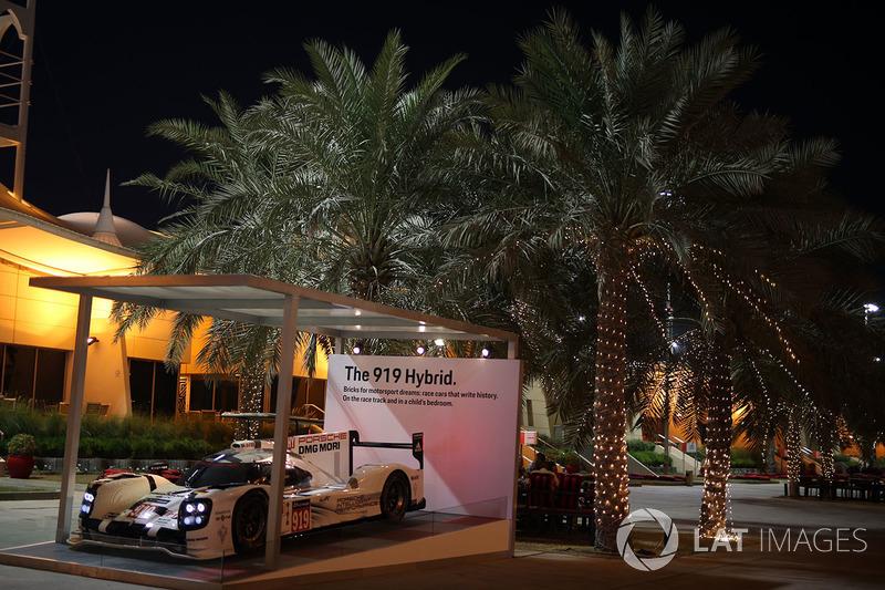 Porsche 919 display en paddock
