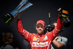 Winnaar Sebastian Vettel, Ferrari met champagne