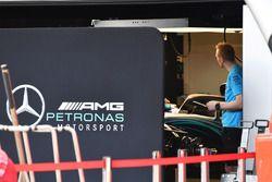 Le garage Mercedes AMG F1 protégé par des panneaux