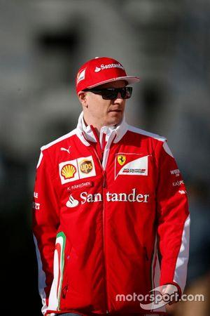 Kimi Raikkonen, Ferrari, con la felpa la cui replica in palio per il GP Predictor del GP dell'Azerbaijan