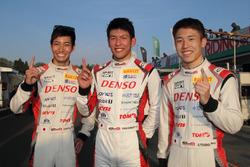 第2戦Gr.2で優勝した#86 TOM'S SPIRIT 86の松井孝允(左)、坪井翔(右)、中山雄一(中央)