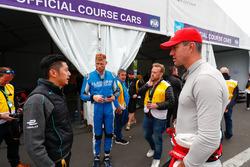 Ho-Pin Tung, Panasonic Jaguar Racing, incontra Andrew Freddie Flintoff, broadcaster, membro del panel televisivo, ex giocatore internazionale di cricket dell'Inghilterra e Kevin Pietersen, ex giocatore di cricket dell'Inghilterra
