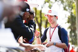 Pierre Gasly, Toro Rosso, signe des autographes
