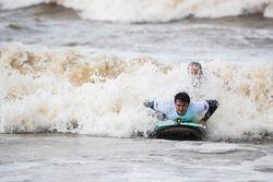 Nelson Piquet Jr., Jaguar Racing, va a surfear