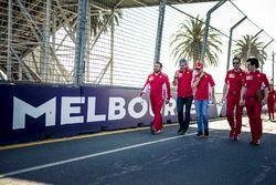 Sebastian Vettel, Ferrari camina en la pista con Maurizio Arrivabene, Ferrari y Riccardo Adami, inge