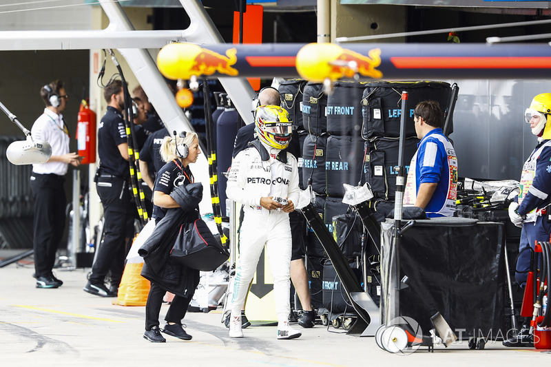 Lewis Hamilton, Mercedes AMG F1, camina hacia los boxes después de estrellarse