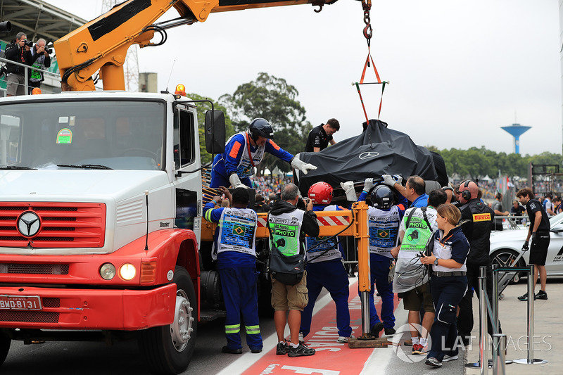 The car of Lewis Hamilton, Mercedes-Benz F1 W08 is recovered by marshals after crashing out of Q1