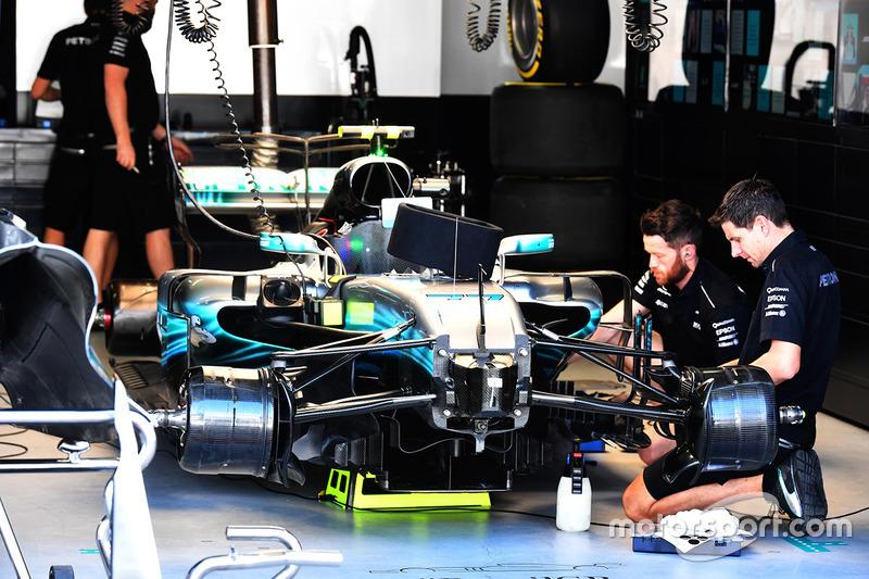 Funcionários da Mercedes relataram que sofreram um assalto nas proximidades do circuito de Interlagos na noite de sexta-feira, logo após os primeiros treinos livres para o GP do Brasil.