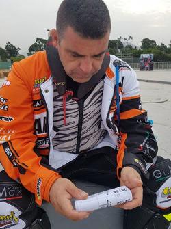 Gabriele Minelli consulta la mappa
