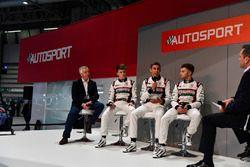 Derek Warwick, Dan Ticktum, Harrison Scott et Max Fewtrell en discussion avec Henry Hope-Frost sur la scène Autosport