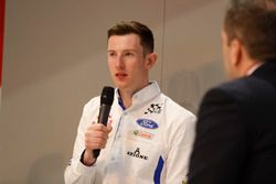 Elfyn Evans parla con Henry Hope-Frost all'Autosport Stage