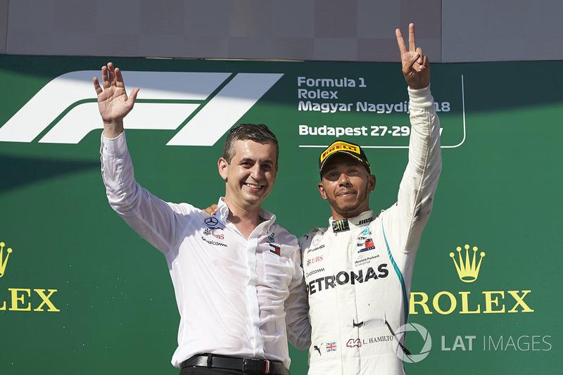 El delegado del trofeo Mercedes Constructors y Lewis Hamilton, Mercedes AMG F1, 1 ° puesto, en el podio