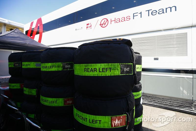 Pneumatici Pirelli accanto a un camion dell'Haas F1 Team, nel paddock