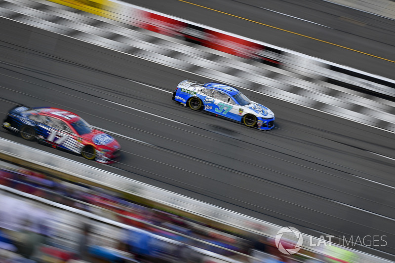 Chris Buescher, JTG Daugherty Racing, Chevrolet Camaro Kleenex Wet Wipes, Ricky Stenhouse Jr., Roush Fenway Racing, Ford Fusion Ford