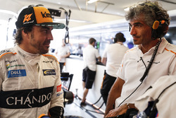 Fernando Alonso, McLaren, talks with engineers